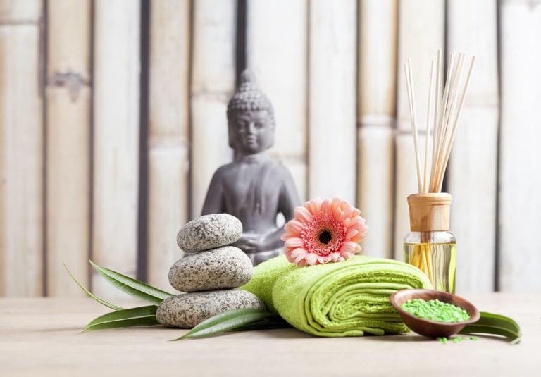 Handtücher in einem Behandlungsraum mit einem Buddha